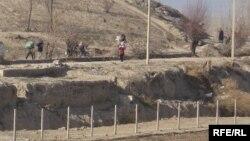 Ўзбекистон-Қирғизистон чегарасидан контрабанда маҳсулотлари олиб ўтилаётган пайт.