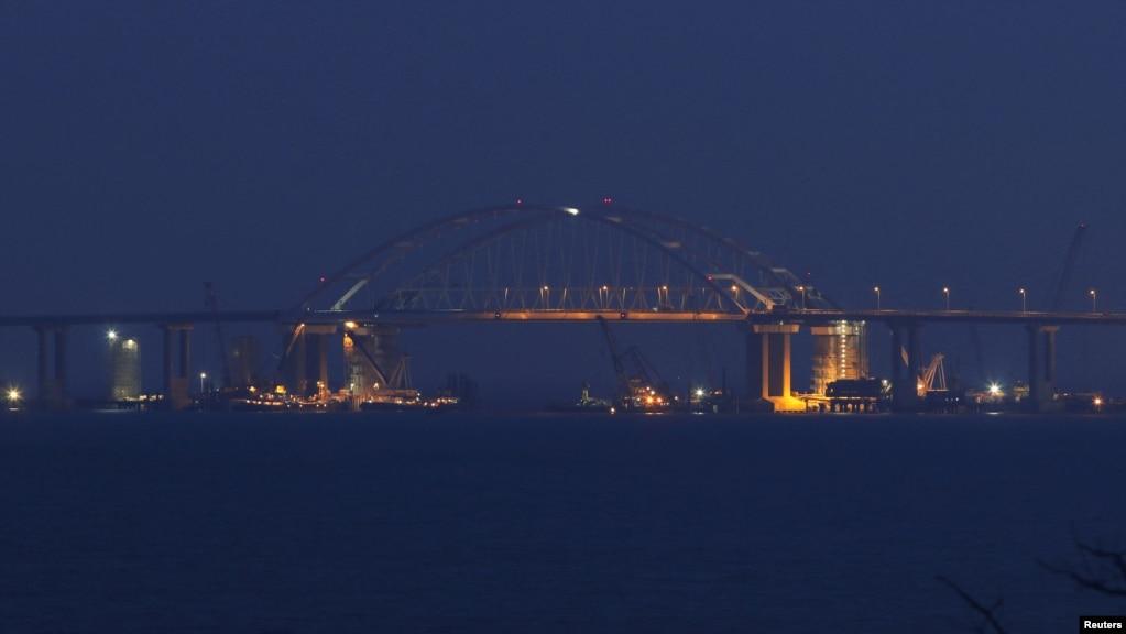 Вид на Керченский мост со стороны России.