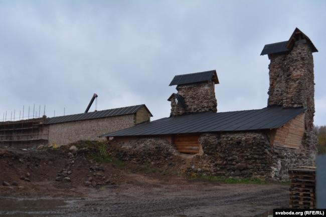 Вежа пад дахам з боку дзядзінца