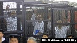 """""""""""Мұсылман бауырластар"""" қозғалысының мүшелері сотқа тартылып жатыр. Каир, 11 желтоқсан 2013 жыл."""
