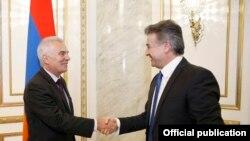 Премьер-министр Армении Карен Карапетян (справа) принимает руководителя делегации ЕС в Армении, посла Петра Свитальского, Ереван, 8 сентября 2017 г.