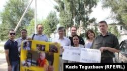 Сторонники находящегося в заключении оппозиционного политика Владимира Козлова поздравляют его у ворот колонии в Заречном. Алматинская область, 10 августа 2016 года.