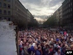 Берлинская стена – уникальный архитектурный памятник тоталитаризма и тирании, теперь не существует, она разрушена и уничтожена.