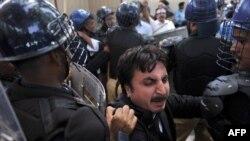 Пәкістан полициясы АҚШ елшілігін наразы жұрттан қорғап тұр. Исламабад, 19 қыркүйек 2012 жыл.