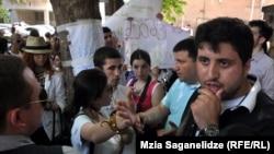 Вот уже третий день в тбилисской школе №53 не проводятся занятия. Большая часть педагогов отказалась выходить на работу в знак протеста против увольнения директора школы. Не пришли на занятия и ученики старших классов, устроившие вчера вечером акцию протеста у здания Минобразования