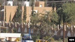 Нерӯҳои Яман сафорати Амрико дар Санъоро ба муҳосираи амниятӣ гирифтанд, 4-уми январи соли 2009.