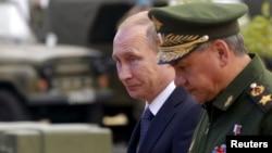 Vladimir Putin və müdafiə naziri Sergei Shoigu