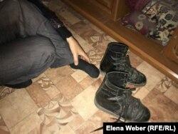 Инвалид первой группы Николай Подшивалов показывает истоптанную ортопедическую обувь. Карагандинская область.