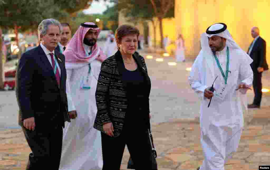 ШВАЈЦАРИЈА - Директорката на Меѓународниот монетарен фонд, Кристалина Георгиева, изјави дека ММФ ќе мора да разгледа специјални мерки за да им помогне на земјите да се изборат со пандемијата со новиот коронавирус и негативните последици по економијата. Според неа, Фондот веќе презел посебни чекори за да ослободи средства посебно за пазарите и земјите во развој, кои се соочија со одлив на рекордни 100 милијарди долари.