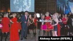 Гости праздника Божоле нуво по дресс-коду должны были бытm одеты вj что-либо красного цвета. Алматы, 21 ноября 2014 года.