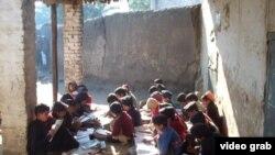 Хайбер-Пахтунхва провинциясындағы ескі мектепте сабақ оқып отырған балалар.