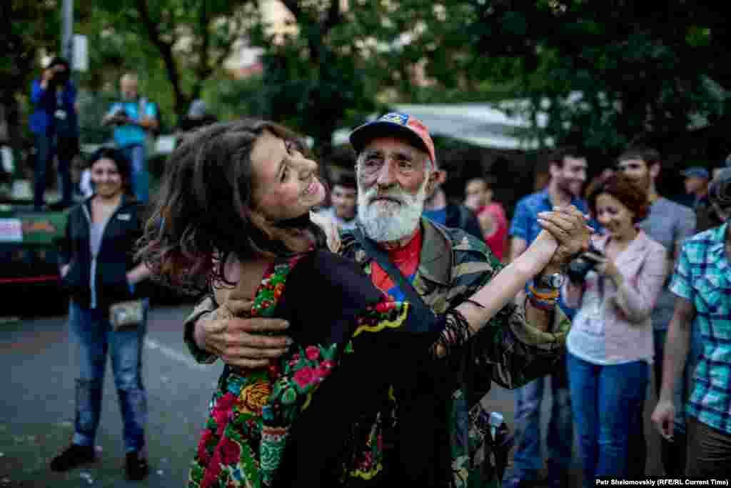 На демонстрації панує піднесений настрій: люди займаються спортом, танцюють та їдять морозиво Фото від 27 червня з проспекту Баграмяна