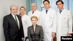 Юлія Тимошенко і лікарі берлінської клініки «Шаріте», 8 березня 2014 року