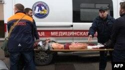 Раненного при взрыве в метро несут в карету скорой помощи. Санкт-Петербург, 3 апреля 2017 года.