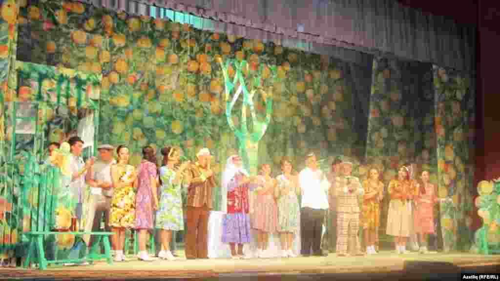 Сәхнәдә Әтнә дәүләт драма театры артистлары