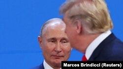 Donald Trump (sağda) və Vladimir Putin Argentina görüşü zamanı