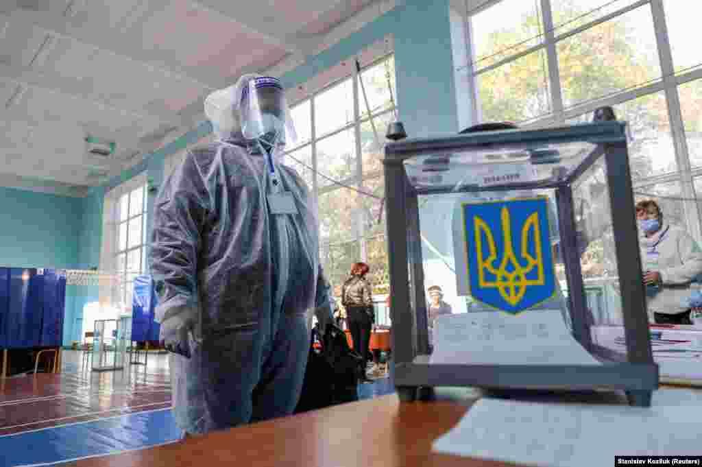 Një anëtar i komisionit zgjedhor për zgjedhjet lokale në Ukrainë, ka veshur veshje mbrojtëse kundër koronavirusit. Slovyansk, 25 tetor. (Reuters/Stanislav Kozliuk)