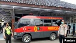 Полициско возило пред болницата Тангеранг во провинцијата Бантен во Индонезија