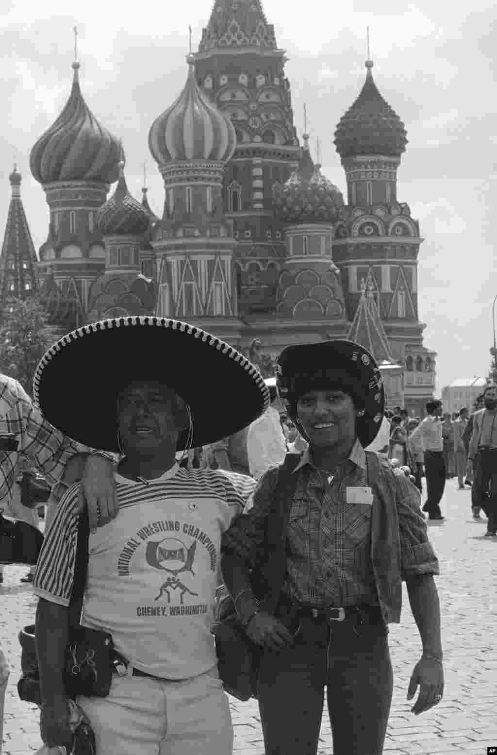 Жители Нью-Йорка Максим и Фрида Сира перед собором Василия Блаженного в центре Москвы. Пара отправилась в Советский Союз, чтобы посетить Игры.