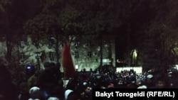 Протестующие у здания ГКНБ Кыргызстана.