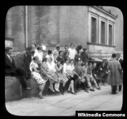 Посетители Эрмитажа. Фото Брэнсона Деку. 1931 год
