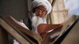 Egy muszlim férfi a Koránt olvassa egy afgán mecsetben április 13-án.