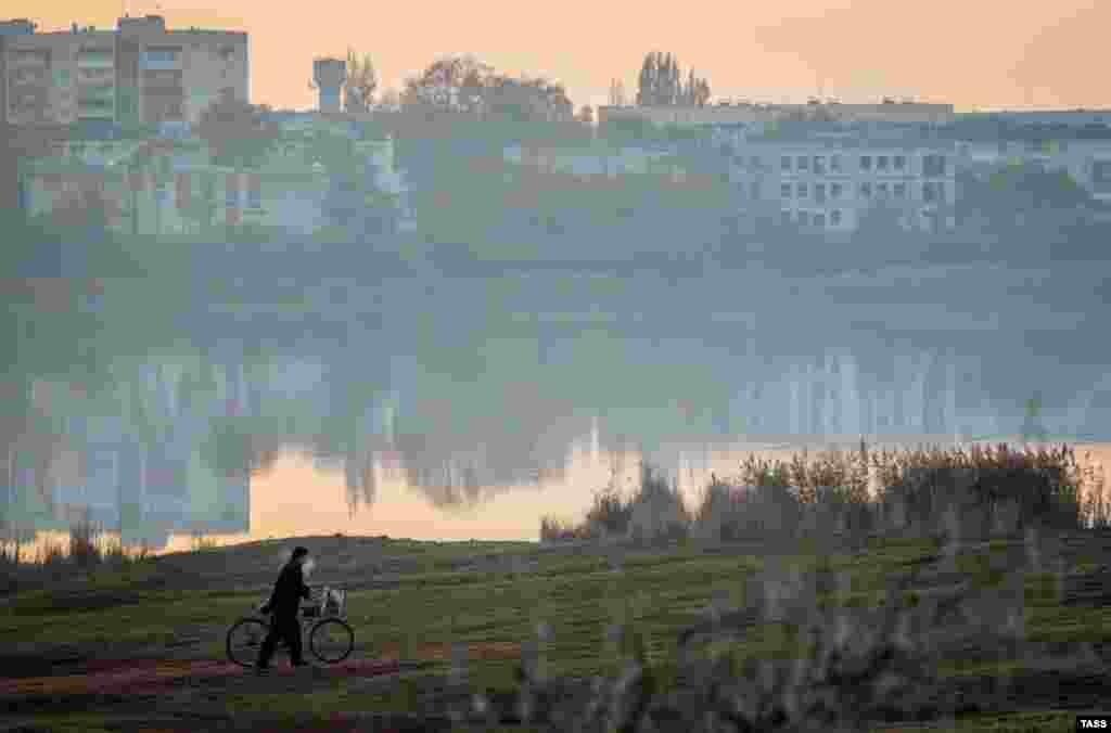 Велосипедист на березі озера Тобе-Чокрак. У цю пору на берегах озера небагатолюдно