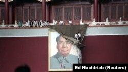 Pe 23 mai, un grup de femei au încercat să acopere portretul lui Mao din Piața Tiananmen.