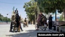 Ооганстан. Талибан кыймылынын жоочулары Кабулдан анча алыс эмес Газни шаарынын көчөлөрүндө.