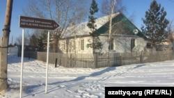 Радовка ауылындағы Абылай хан кесенесіне жол сілтейтін белгі. Ақмола облысы, 30 қараша 2020 жыл.