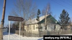Указатель в мавзолей казахского хана Абылая в поселке Радовка. Акмолинская область, 30 ноября 2020 года.