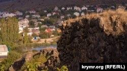 Маленькое крымское село рядом с руинами вулканической лавы (фотогалерея)