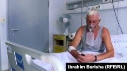Fazli Jashari, pacient confirmat cu COVID-19, la o clinică din Pristina, Kosovo, 19 august 2021.