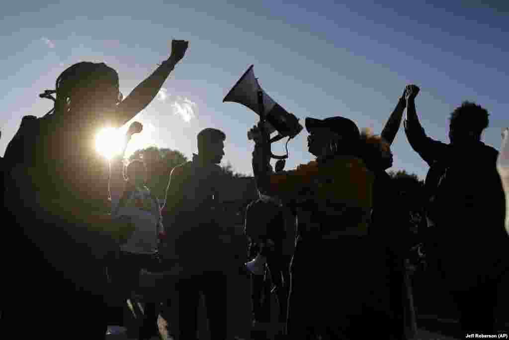 Протестувальники блокують вулицю біля поліцейського відділку у Флориссанті. Демонстранти звертають увагу на відео, на якому поліцейський детектив Флориссанта наїхав на чоловіка своєю службовою машиною під час переслідування. Поліцейського після інциденту звільнили. Флориссант, штат Міссурі. 10 червня 2020 року