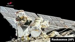 Космонавты обследуют МКС