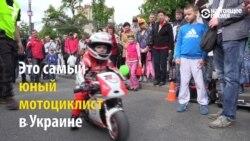 Трехлетний мотоциклист гоняет как взрослый