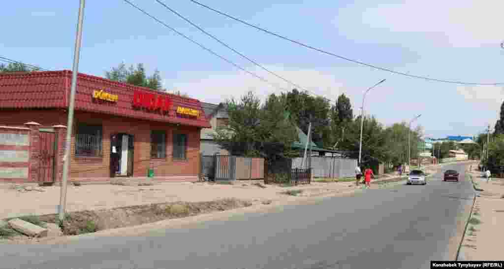 Шаңырақта көшеде такси ұстап тұрған адамдар. Алматы, 7 шілде 2021 жыл.