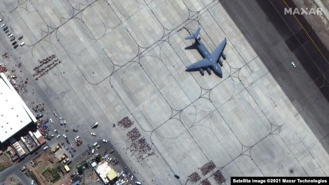 Кабул отвисоко. Отчаяното бягство в сателитни снимки