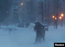 Велосипедист на московской улице во время снегопада вечером 12 февраля 2021 года. Фото: Reuters