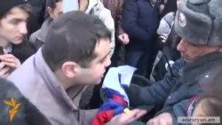 Ակտիվիստների և ոստիկանների միջև քաշքշուկ ՌԴ դեսպանատան մոտ
