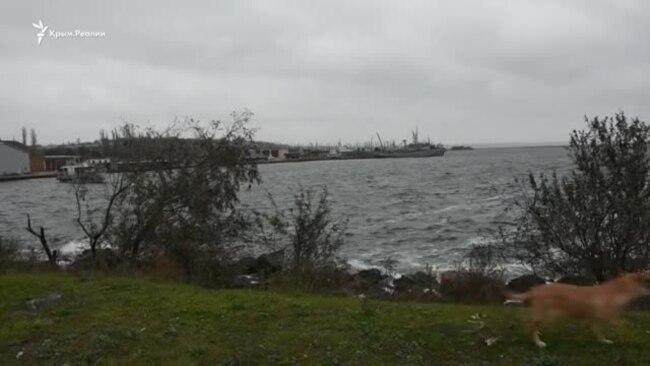 С украинским флагом: в порту Очакова встречают захваченные Россией корабли (видео)