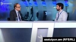 Глава наблюдательной миссии БДИПЧ/ОБСЕ Оуэн Мерфи (справа) дает интервью директору Армянской службы Радио Свободная Европа/Радио Свобода (Азатутюн) Грайру Тамразяну, Ереван, 25 июня 2021 г.