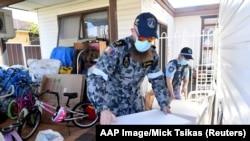 Австралија - Персонал на австралиските одбранбени сили и полицијата на Нов Јужен Велс доставуваат пакети со храна за итни случаи за луѓето во предградието Ферфилд, југозападно од Сиднеј. 2 август 2021 година.