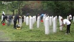 Studenti čistili nišane u Potočarima