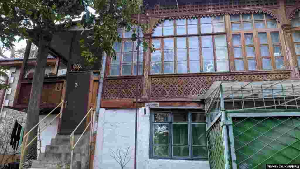 Sadovaya soq., 8 adresinde pek güzel ev tura. Sofanıñ tahta parçaları yahşı saqlandı