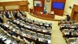 Первое после выборов заседание мажилиса. В кресле за длинным столом — глава ЦИК Берик Имашев, председательствующий на заседании до избрания спикера. Пост спикера после выборов сохранил Нурлан Нигматулин. 15 января 2021 года.