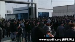 Толпа людей, собравшаяся возле филиала предприятия «Артель» в городке Питнак Тупраккалинского района Хорезмской области, 9 февраля 2021 года.