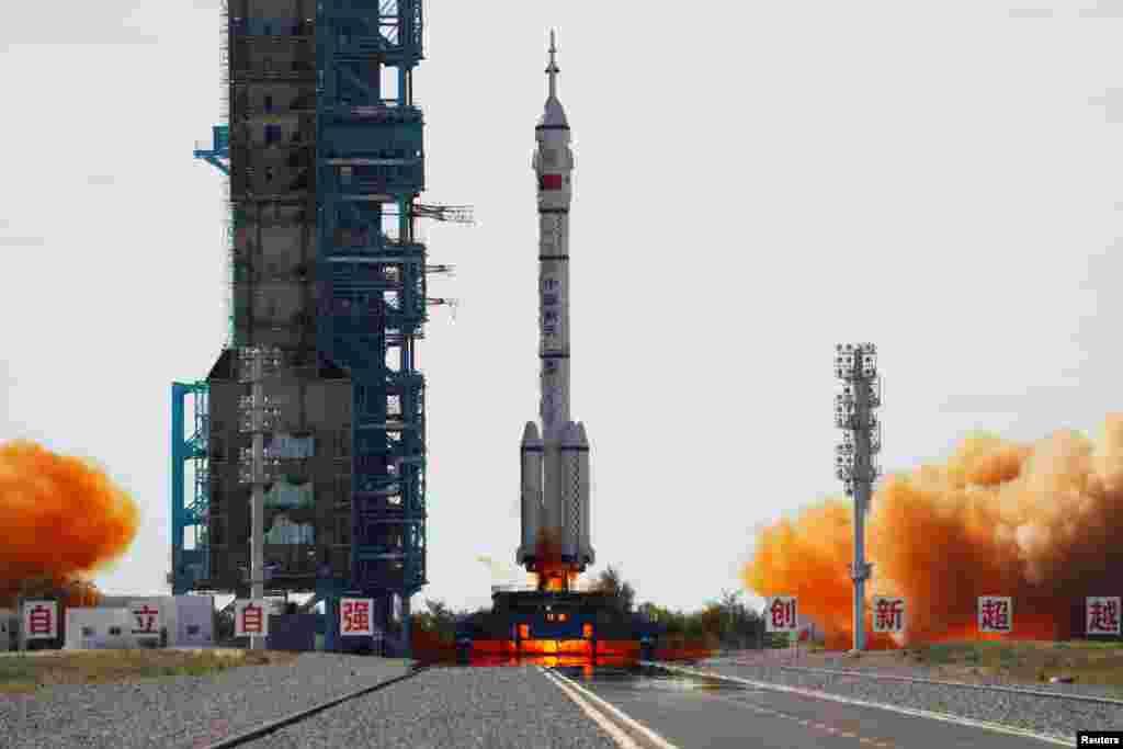 Raketa Long March 2F ponijela je svemirski brod Shenzhou-12 prema svemirskom modulu Tianhe.
