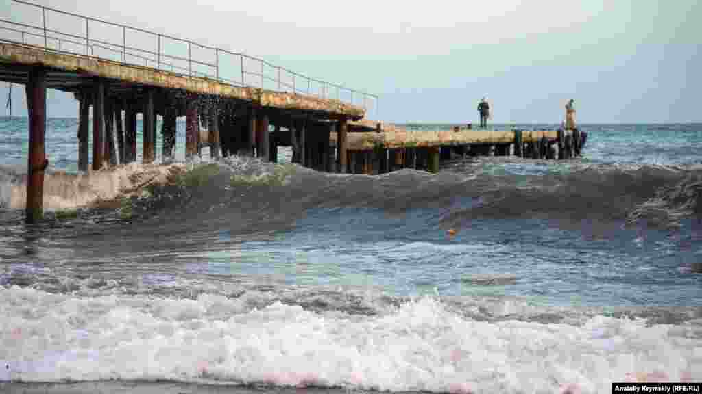 Из-за этого навсех общественных и санаторных пляжах было запрещено купание. Народ вынужден под шум штормового прибоя довольствоваться променадом по центральной набережной. За осенним штормом в курортном городе наблюдал корреспондент Крым.Реалии