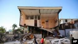 Гаитидеги жер титирөөдөн кыйраган турак жайлардын бири.